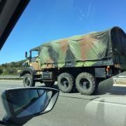 Curiós, si més no. Un lector ens envia la imatge d'un camió militar. AP-7 direcció Barcelona, a l'altura de Maçanet...