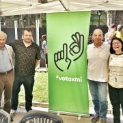 Membres integrants de la campanya votaxmi.cat avui a la Mostra d'Entitats de Barcelona