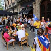 Fotografies dels bars i restaurants de la zona de l'Arc de Triomf i l'eixample plens de gent dinant