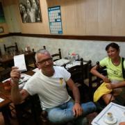 L'alcalde de Marça amb les paperetes que va imprimir a Barcelona
