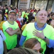 L'activista Jordi Bages-Querol amb la mà al pit i Francesc Riart