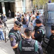 Concentracions espontànies davant les diverses seus on s'estan produïnt escorcolls de la Guàrdia Civil