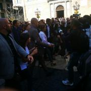 La presidenta del Parlament, Carme Forcadell, entre aplaudiments i crits de 'Votarem!' a la plaça Sant Jaume