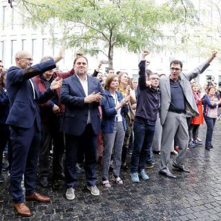 Els detinguts que han estat deixats en llibertat amb càrrecs saluden els concentrats que els estaven esperant