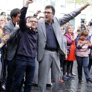 Lluís Salvadó (amb ulleres), amb Oriol Junqueras al costat va a abraçar-se a Carme Forcadell