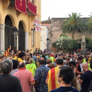 Concentració davant de l'Ajuntament de Sitges