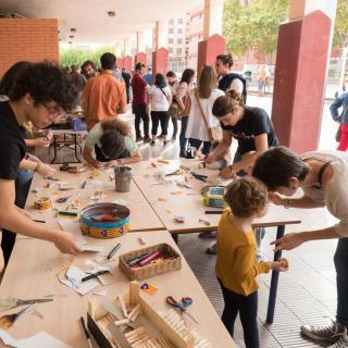 Ambient festiu en una escola per evitar el precinte del col·legi electoral