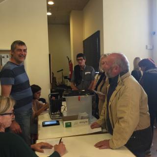 gent votant a sant Feliu de Buixalleu