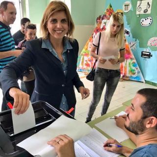 Alcaldessa de Figueres votant