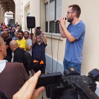 Concentració a fora el col·legi Muntaner, Figueres