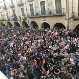 La Plaça del Vi de Girona, plena de gom a gom