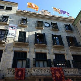 La façana de l'Ajuntament de Girona moments després que li hagin tret la bandera espanyola.