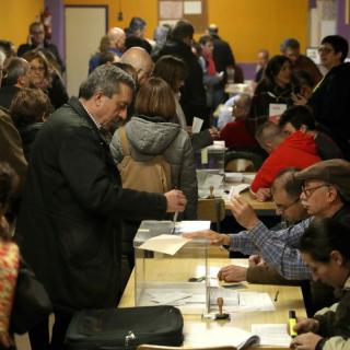 Nombrosos ciutadans exerceixen el seu dret a vot en el col·legi electoral Santa Marta de L'Hospitalet de Llobregat