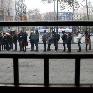 Cues de ciutadans a la plaça Universitat de Barcelona