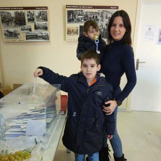 Eva Serra Vila de Figueres votant amb els seus fills a les eleccions del 21 de desembre