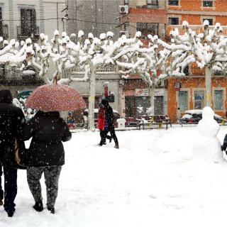 Fent un ninot de neu a Tremp