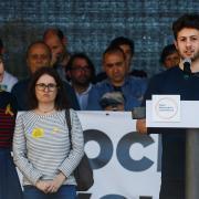 Oriol Sànchez, fill de Jordi Sànchez, acompanyat de Txell Bonet i Susana Barreda, intervé al final de la manifestació