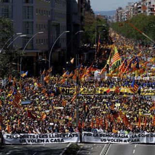 La manifestació convocada per l'Espai Democràcia i Convivència desborda Barcelona