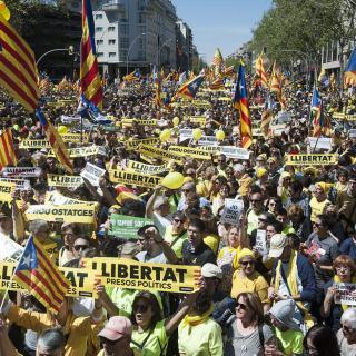 Estelades, banderes europees i lemes en diversos idiomes a la manifestació del 15 d'abril