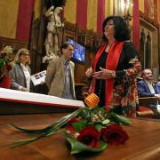 Una parella es fa un retrat davant la decoració de Sant Jordi de la casa Batlló