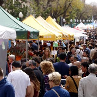 riuada de persones recorrent les parades de la Rambla Nova de Tarragona durant la diada de Sant Jordi