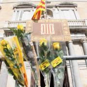 La façana del Palau de la Generalitat encapçalada per quatre roses grogues