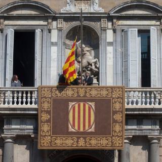 Treballadors de la Generalitat col·loquen la senyera al balcó