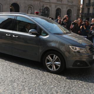 Un cotxe oficial entra al Palau de la Generalitat