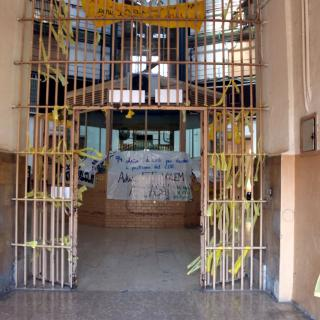 Una de les galeries de l'antiga presó Model de Barcelona, amb múltiples llaços grocs i pancartes per l'entrada de CDR's