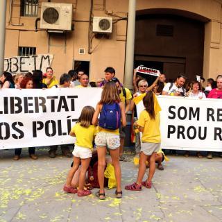 Pati d'entrada de l'antiga presó Model de Barcelona, amb la presència de membres de diversos CDR's