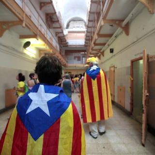 Membres dels CDR i de sindicats d'estudiants entren aquest dissabte a l'edifici històric de la presó Model de Barcelona