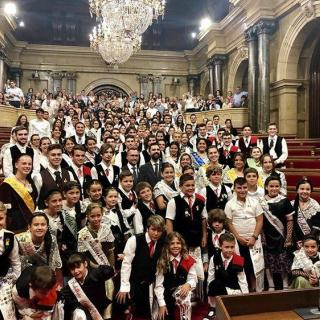 Grup de visitants al parlament amb el President