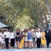 Familiars de les víctimes arriben a la Rambla de Barcelona