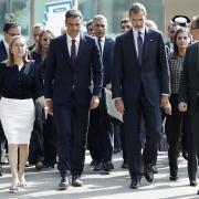 Familiars i representants institucionals es desplacen de l'Ajuntament a la Rambla de Barcelona