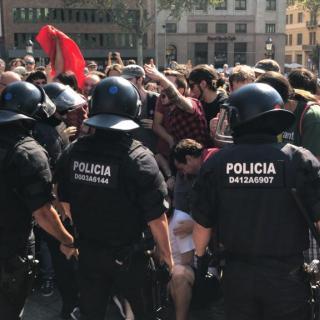 Els Mossos d'Esquadra han carregat a Via Laietana contra un grup de manifestants 'antifeixistes'