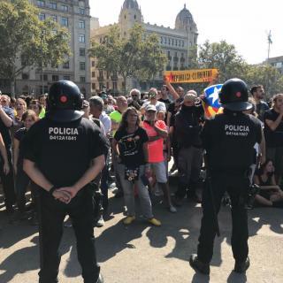 Un cordó policial ha separat la marxa de  Jusapol de la manifestació independentista de la plaça Sant Jaume