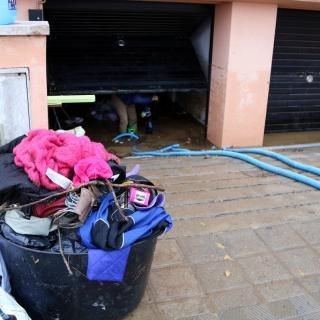 Els bombers han ajudat els veïns de Vilatenim instal·lant bombes d'aigua per poder netejar les zones inundades dels habitatge