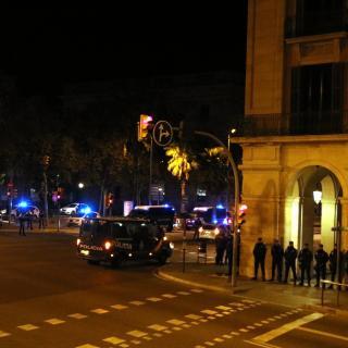 Desenes de furgonetes i centenars d'agents custodien una zona restringida al voltant del Palau Llotja de Mar