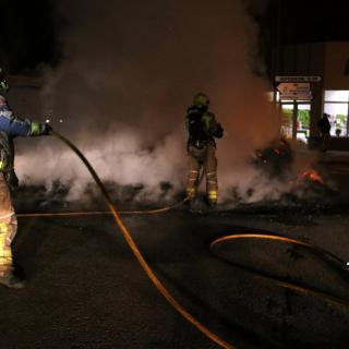 Bombers netejant la crema a l'N-II a Bàscara