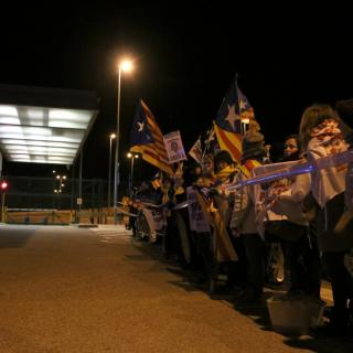 Concentrats a la presó de Figueres davanr del cordó policial pel trasllat de Dolors Bassa