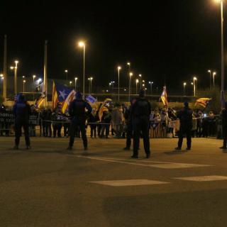 Agents de l'ARRO muntant un cordó polícia pel trasllat de Dolors Bassa