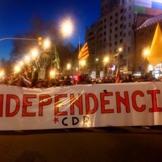 Una columna es dirigeix pel passeig de Gràcia cap a Plaça Catalunya per participar a la concentració de protesta pel judici de l'1-O, aquest dimarts a Barcelona