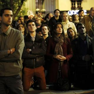 Gent resant mentre contempla l'incendi a Notre-Dame, aquest dilluns 15 d'abril