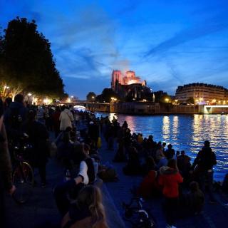 Vista de l'incendi de Notre-Dame i de la gent concentrada al riu Sena