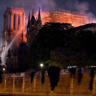 Els Bombers treballen tirant aigua a Notre-Dame