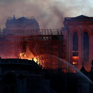 El foc i l'aigua dels bombers a Notre-Dame