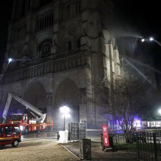 Els bombers de París, treballant a l'incendi de Nontre-Dame