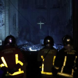 Els Bombers entren a l'interior de Notre-Dame, calcinada
