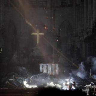 L'interior de Notre-Dame, amb l'altar i la nau cremades