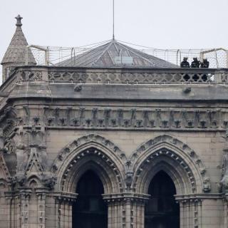 Bombers a dalt d'una de les torres de Notre-Dame, ja aquest dimarts 16 d'abril